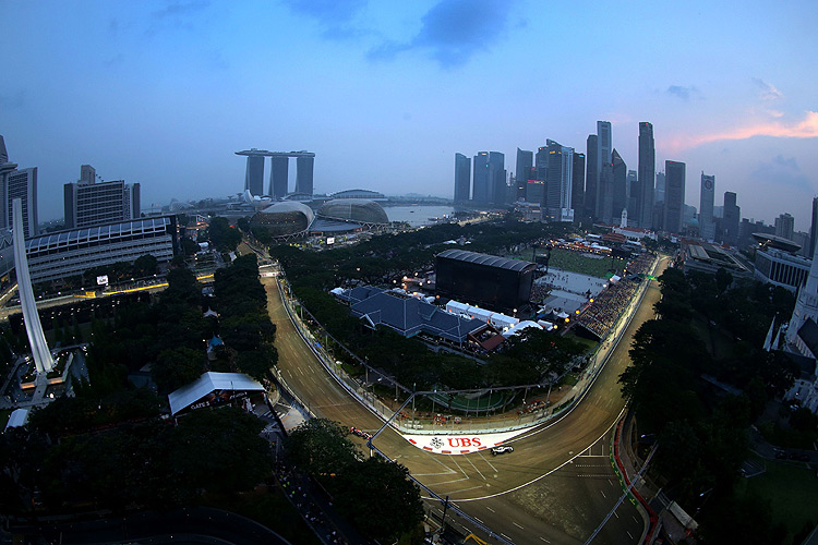 《Mercedes-Benz》首辦F1戶外直播之夜 車手林帛亨現場賽事解析