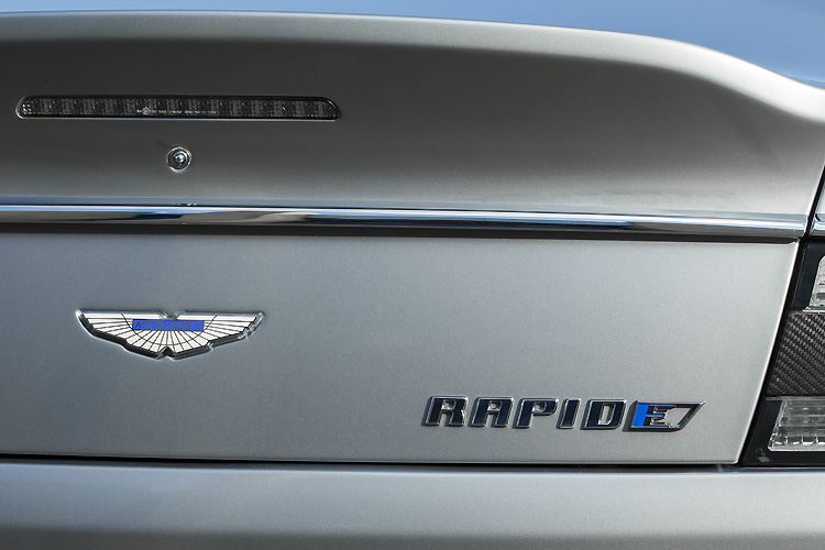 瞄準Tesla而來  《Aston Martin RapidE》概念車依約現身