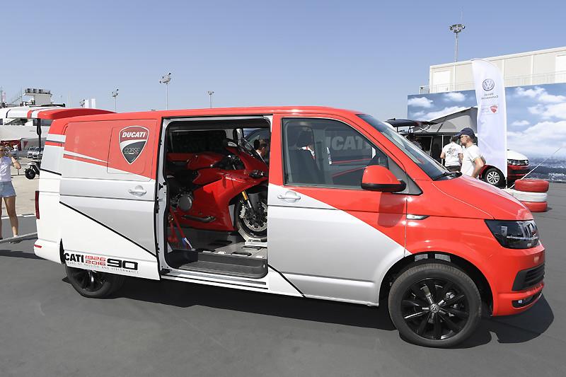 福斯商旅《VWCV Transporter Kombi》化身Ducati重機褓姆