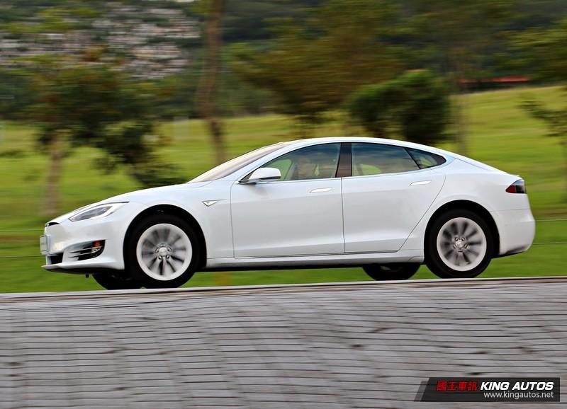 寧靜無聲的極速魅力─性能電動房車《Tesla Model S 90D》試駕