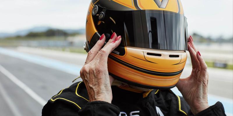 不老賽車魂 79歲退役女車手Rosemary Smith成為「最高齡F1駕駛」
