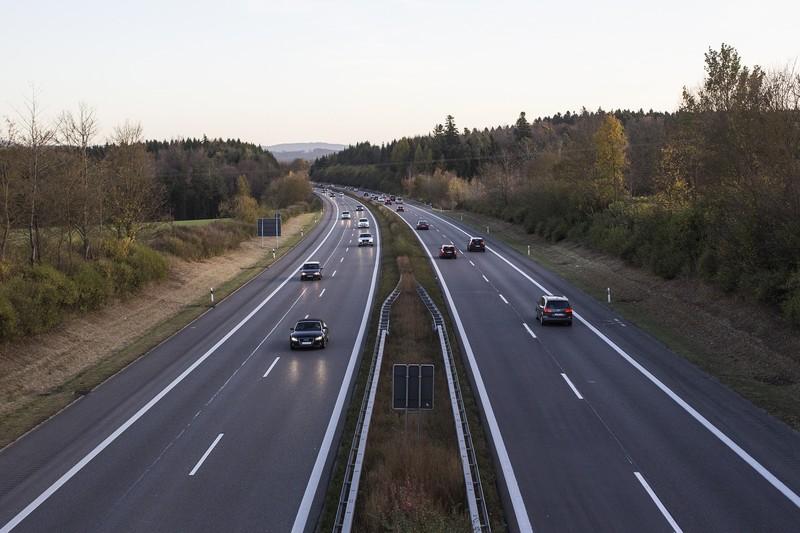 美國加州參議員提案開放高速公路無限速車道