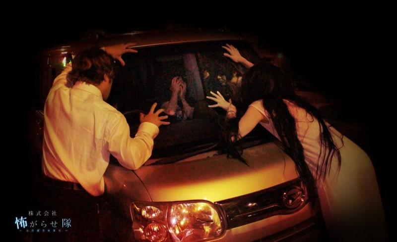 等等…車窗怎麼有血掌印?日本首創「猛鬼停車場」來一場被惡靈圍攻的嚇破膽之旅!