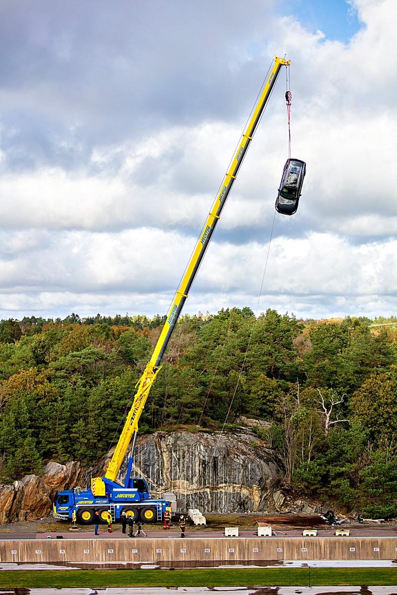 (影片)竟然從30米高度丟下多達10部新車!《Volvo》大手筆支援緊急救援訓練
