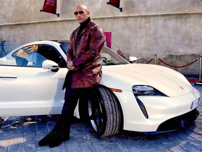 是車太小還是人太壯?《Porsche Taycan》讓巨石強森買得起卻坐不進去