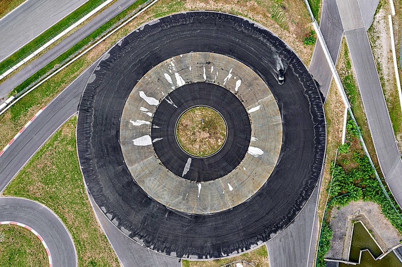 連甩55分鐘/42.171km!《Porsche Taycan》獲金氏世界紀錄電動車最長甩尾認證
