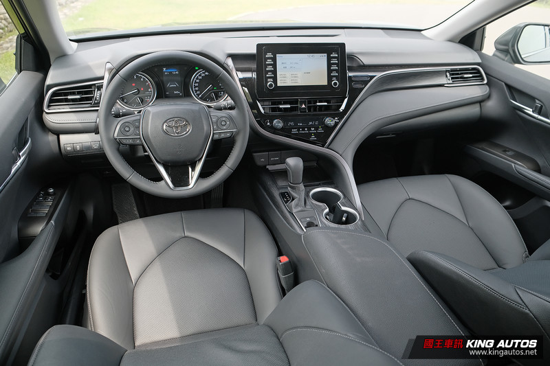 國王駕道︱小改款《Toyota Camry 2.0汽油車型》太超值?連四門馬3、國產Altis都難逃衝擊?