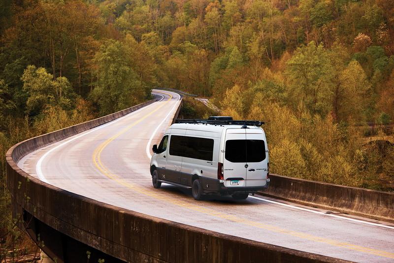 不用拖著走還能上山下海!《Airstream》以賓士商旅推出越野露營車 換算售價將近600萬