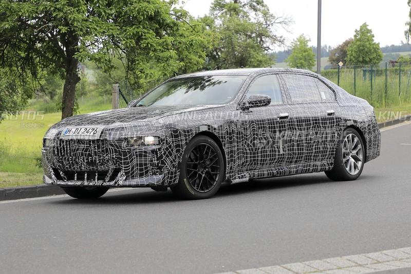 大到沒地方掛牌照?下一代《BMW 7 Series》偽裝車再度現身
