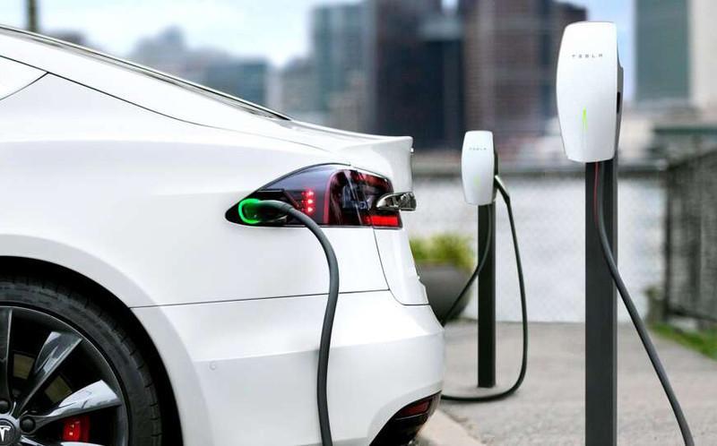 舊車主成孤兒?為什麼《Tesla》要換CCS2充電規格?台灣也將開放他牌電車車主共用超充站了嗎?
