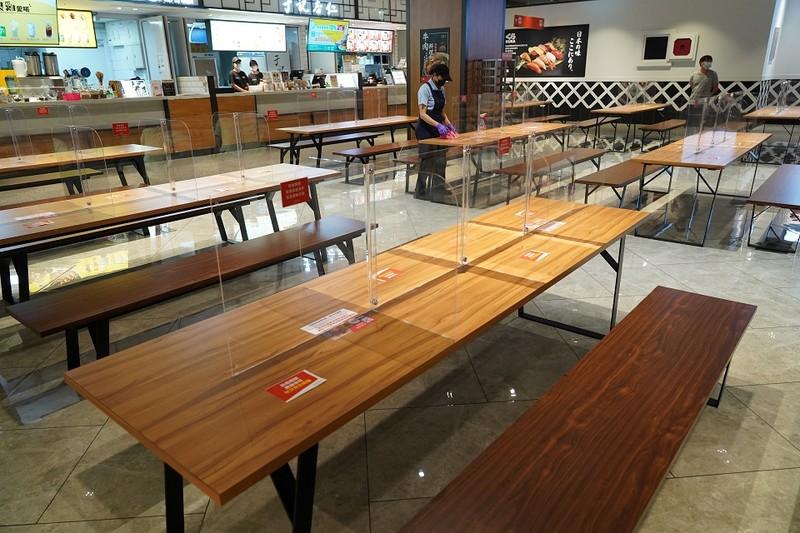新北市即日起「有條件」開放內用:夜市禁邊走邊吃、美食街設隔板、不自助取餐,違者最高可罰1萬5千元