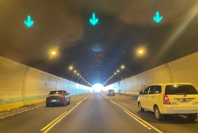 進隧道只要有開燈就可以?今年1-8月違規破2千件 新北市交通局:未開「頭燈」最高可罰4500元
