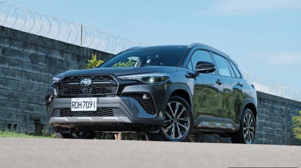 《Toyota Corolla Cross GR Sport》油電版試駕︱脫掉制服換上運動服讓人想入非非?