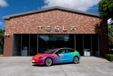 《Tesla》再度舉辦「與驕傲同行」活動  提交想法即有機會駕駛彩虹限定版《Model 3》