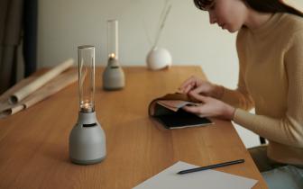 燈光好+音質佳=營造氣氛的好幫手 《Sony》發表最新一代玻璃共振揚聲器